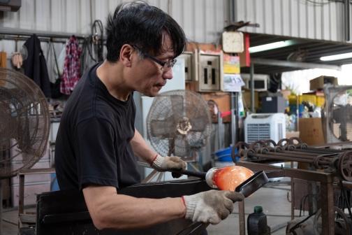 手工熱塑琉璃從撈料、沾色、整形等等步驟都需要豐富的經驗才能駕馭