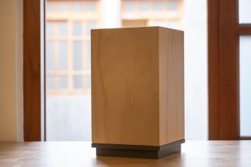 為公仔所設計之天地蓋木盒,處理細緻也有現代感。